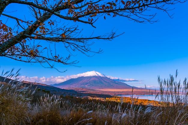 Hermosa montaña fuji en el lago yamanakako o yamanaka