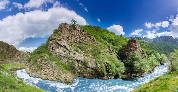 Hermosa montaña con río