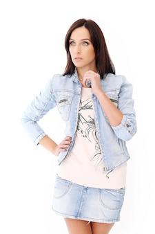 Hermosa morena en ropa de jeans