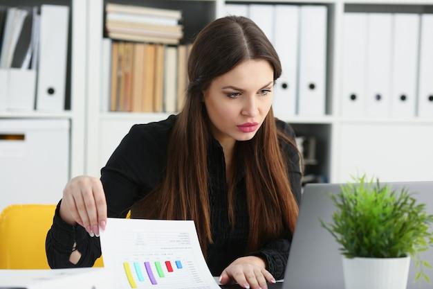Hermosa morena sonriente empresaria trabajo con laptop
