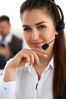Hermosa morena trabajando en call center