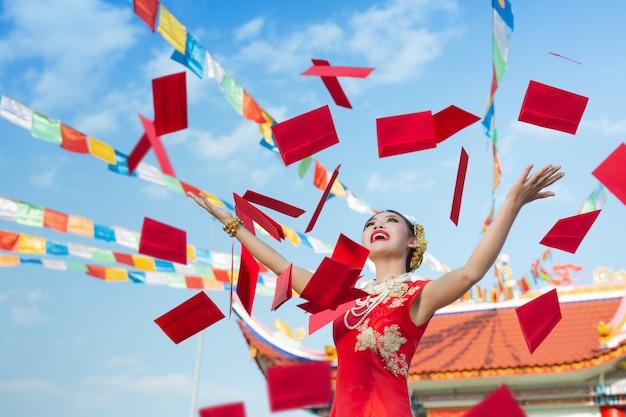Una hermosa muchacha asiática con un vestido rojo
