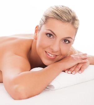 Hermosa mujer acostada en un spa