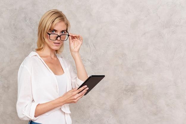 Hermosa mujer adulta con anteojos