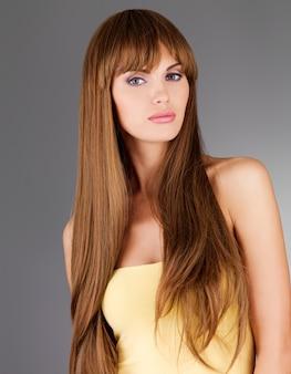 Hermosa mujer adulta con cabello largo