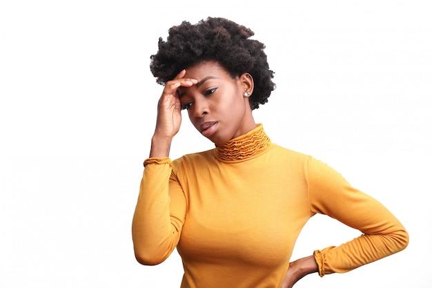 Hermosa mujer afro sintiéndose deprimida