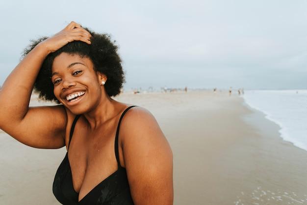 Hermosa mujer afroamericana de talla grande en la playa