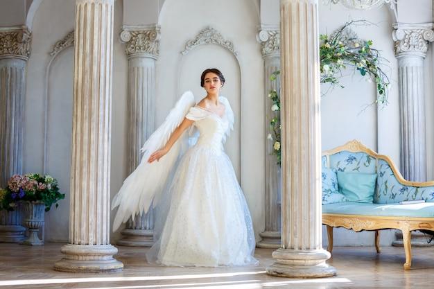 Hermosa mujer con alas de angel inspira belleza.