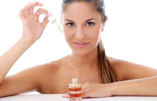 Hermosa mujer aplicando cosméticos