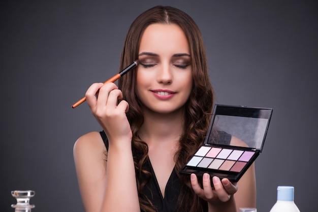 Hermosa mujer aplicar maquillaje