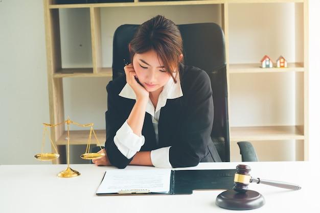 Hermosa mujer asiática abogado trabajando y mazo en frente