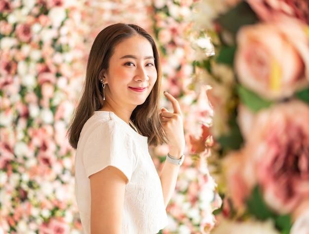 Hermosa mujer asiática con arcos de flores