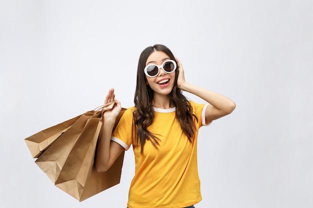 Hermosa mujer asiática atractiva sonrisa y sosteniendo bolsas de la compra.