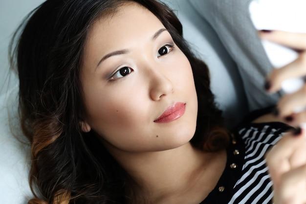 Hermosa mujer asiática en casa