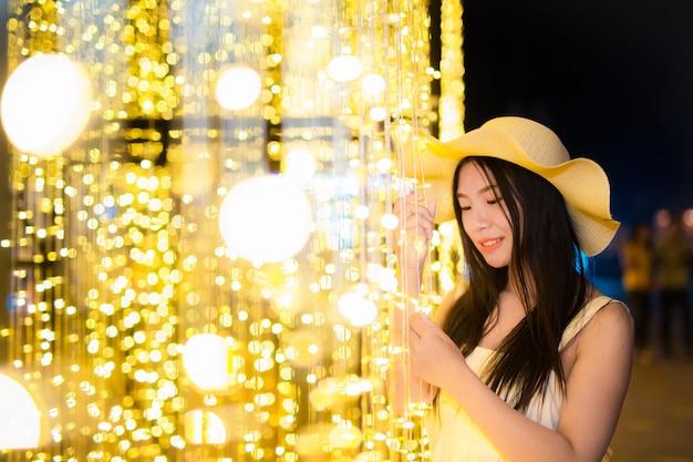 Una hermosa mujer asiática con encantos atractivos en el jardín de vacaciones, textura de película.