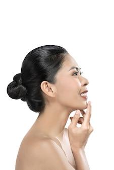 Hermosa mujer asiática en estudio