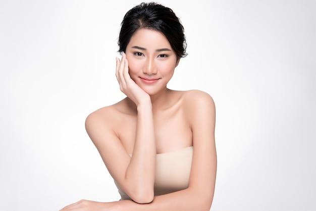 Hermosa mujer asiática joven con la piel limpia y fresca,