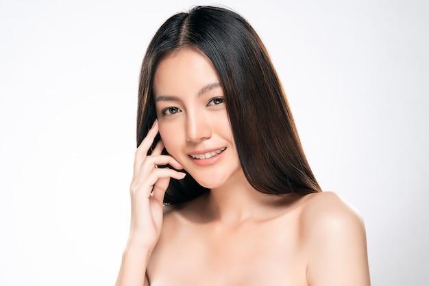 Hermosa mujer asiática joven con la piel limpia y fresca