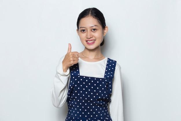 Hermosa mujer asiática mostrando el pulgar hacia arriba