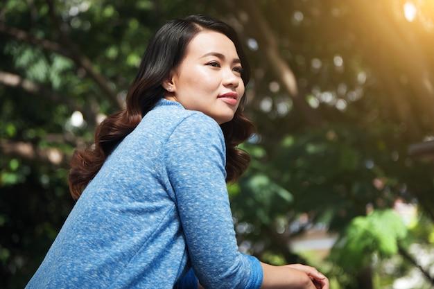 Hermosa mujer asiática en el parque
