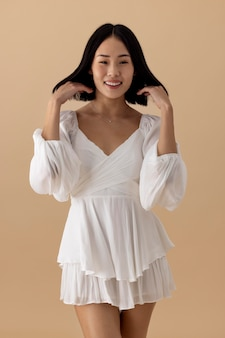 Hermosa mujer asiática posando