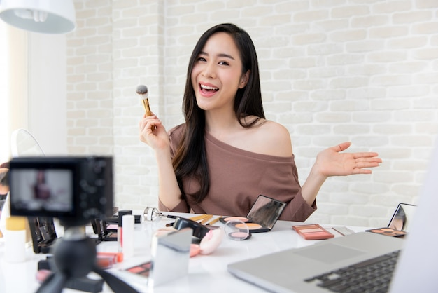 Hermosa mujer asiática profesional belleza vlogger grabación maquillaje tutorial