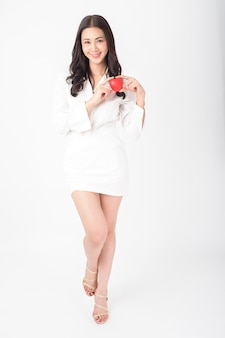 Hermosa mujer asiática tiene corazón rojo (concepto de atención médica)