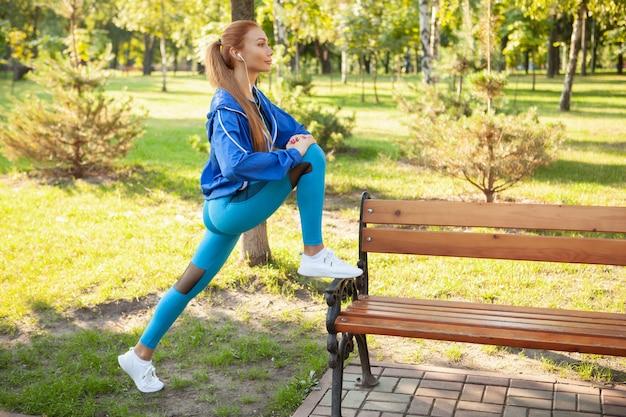 Hermosa mujer atlética trabajando en el parque por la mañana