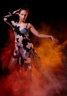 Hermosa mujer bailando baile latino