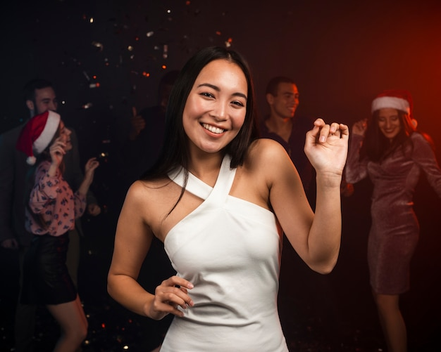 Hermosa mujer bailando en fiesta de año nuevo