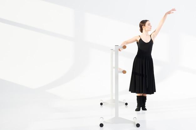 Hermosa mujer bailando con gracia