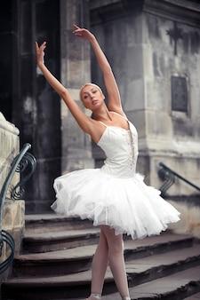 Hermosa mujer de ballet en las escaleras