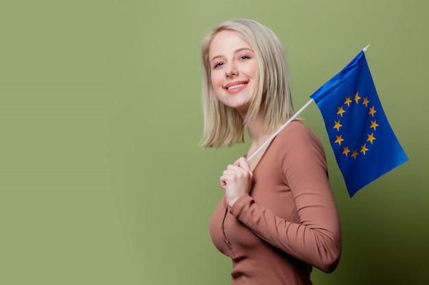 Hermosa mujer con bandera de la unión europea