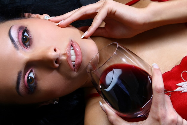 Hermosa mujer bebiendo vino