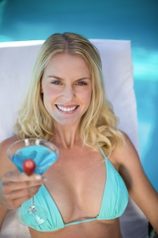 Hermosa mujer en bikini descansando en una tumbona