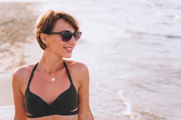 Hermosa mujer en bikini junto al mar