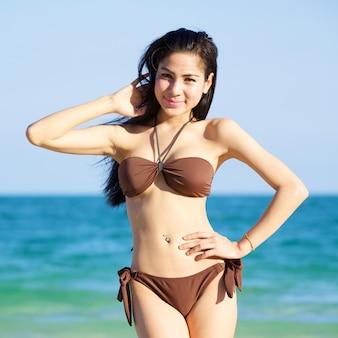 Hermosa mujer en bikini en la playa en verano