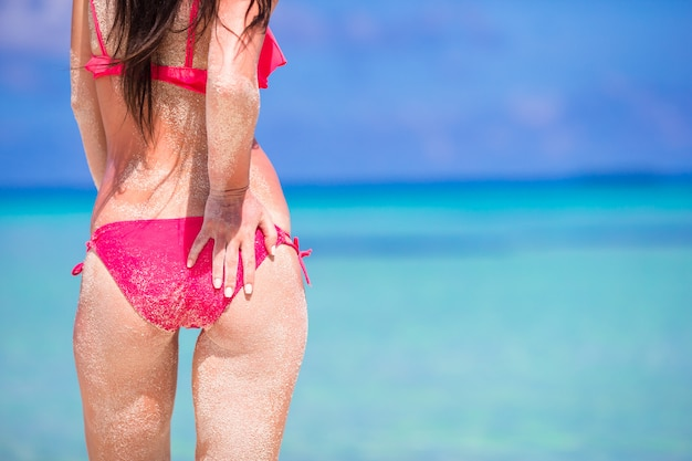 Hermosa mujer en bikini rojo en el fondo del mar