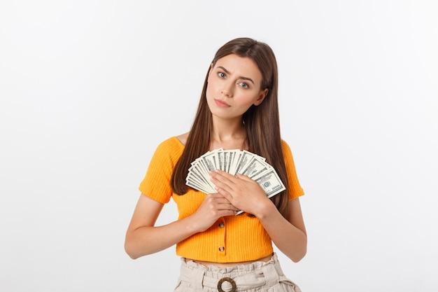 Hermosa mujer con blusa naranja con billetes de dinero