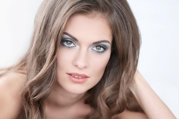 Hermosa mujer con brazalete hecho a mano y maquillaje artístico