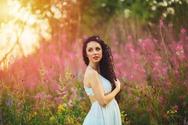 Hermosa mujer con cabello largo en campo