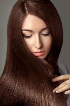 Hermosa mujer con cabello largo sano