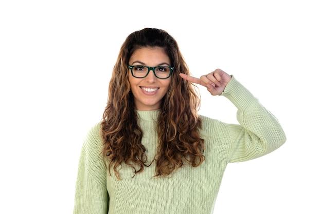 Hermosa mujer con cabello ondulado aislado en blanco
