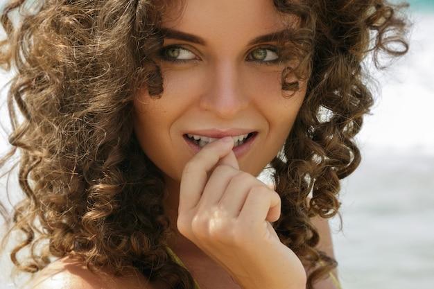 Hermosa mujer con cabello rizado