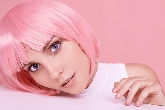 Hermosa mujer con cabello rosado posando