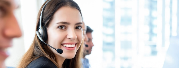Hermosa mujer en call center banner gackground