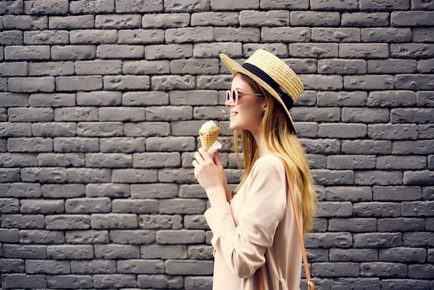 Hermosa mujer en la calle con viaje a la ciudad de vacaciones de helado