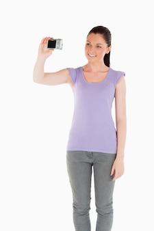 Hermosa mujer con una cámara mientras está de pie