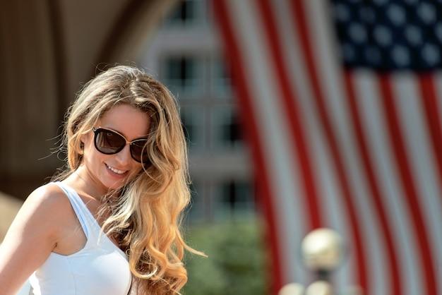 Hermosa mujer caminando por las calles de la ciudad de boston