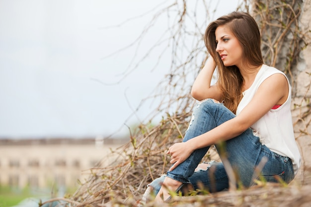 Hermosa mujer caucásica en casual al aire libre